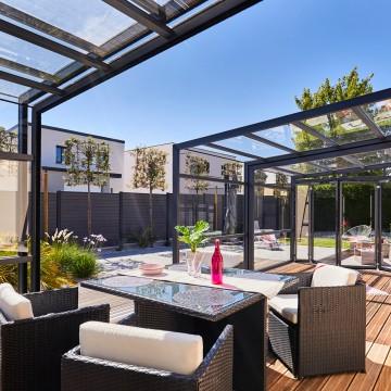 Installer un salon d'été dans un abri de terrasse