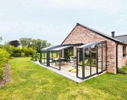 Installer un abri de terrasse : quelles sont les dépenses annexes à budgéter ?
