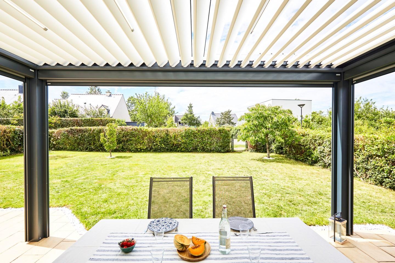 Vous souhaitez aménager votre extérieur et profiter de votre jardin de nombreux mois dans l'année ? Optez pour une pergola bioclimatique sur mesure !