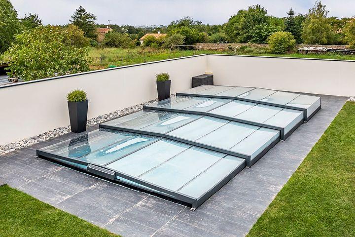 Un abri de piscine bas, synonyme de praticité sans négliger l'apparence