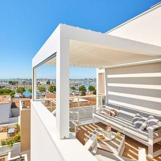 On apprécie la vue panoramique depuis le balcon 🤩, confortablement installé sous la Pergola Bioclimatik Gustave Rideau ☀️.   #pergolabioclimatique #pergola #gustaverideau #vuemer #terrasse #exterieur #blanc [instagram]